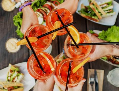 Nella splendida cornice di Nervi!  Aperitivo  di coppia alcolico o analcolico o calice di vino bianco, rosso o rose' con deliziosi stuzzichini al Bar San Siro!