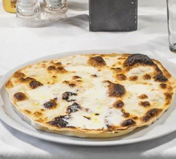 Nuova validità! Cottura 9 nel cuore di Albaro! 2 Pizze a scelta da menu o focaccia al formaggio, 2 birre piccole chiare o bevande, 1 bottiglia d'acqua, 2 dolci della casa, caffé e coperti inclusi!