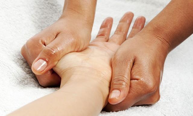 Novita'! 1 massaggio ayurvedico della mano nella centralissima via della Libertà da Tiziana Sorrentino estetista e naturopata!
