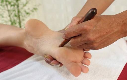 Thai massage al piede nella centralissima Piazza San Matteo dalle operatrici olistiche Micaela Bizzarri e Simona Soggiu!