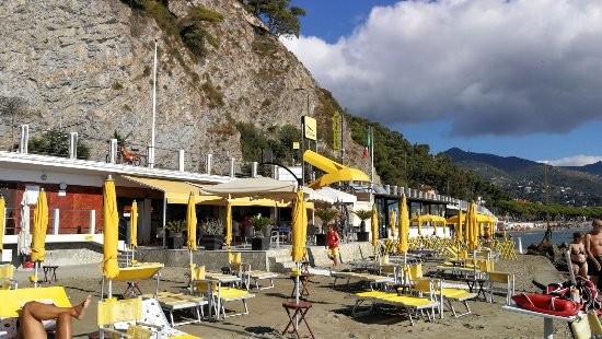 Ad Alassio! Dai Bagni La Scogliera! Giornata di relax al mare con 2 lettini + ombrellone e aperitivo di coppia con calice di vino e stuzzichini!