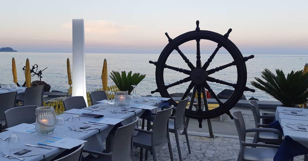 Ad Alassio! Dai Bagni la Scogliera! Pranzo per 2 persone +Giornata di relax al mare con 2 lettini + ombrellone e ingresso allo stabilimento!