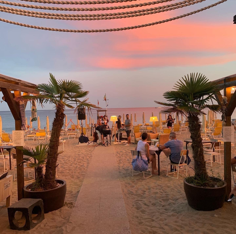 al SoleLuna Beach Club ad Albissola Marina.! Pranzo o cena per due persone con bottiglia di vino +  2 lettini + ombrellone.