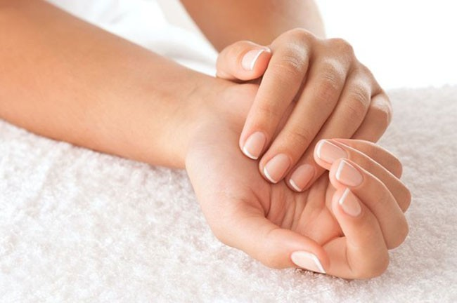Manicure estetica con stesura smalto rinforzante unghie trasparente a Nervi dal nuovo Centro estetico Benessere in Team by Reginetta Lilly in via Oberdan a Nervi!