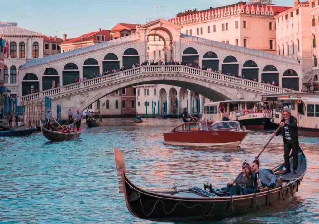 2 giorni e 1 notte Pernottamento x 2 persone in camera doppia o matrimoniale Comfort con colazione al Canal Regio Guest House a Venezia!