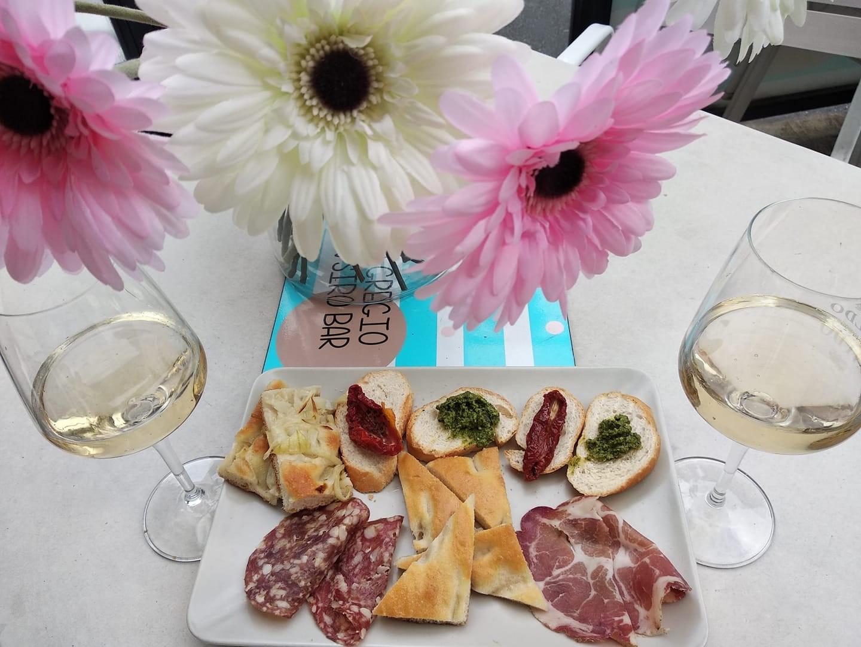 Nella splendida cornice di Nervi!  Aperitivo di coppia alcolico o analcolico o calice di vino bianco, rosso o rose' con stuzzichini al Bar San Siro!
