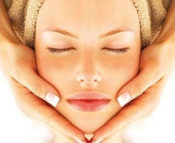 Un viso senza età! Trattamento viso  con maschera agli alginati + massaggio linfodrenante Da Estetika Vale  in via Colombo!
