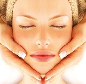 Per una pulizia viso completa,  restyling sopracciglia e depilazione labbro superiore, maschera e massaggio linfodrenante viso finale! Nella  sede in via Volturno da Rinascita centro benessere!