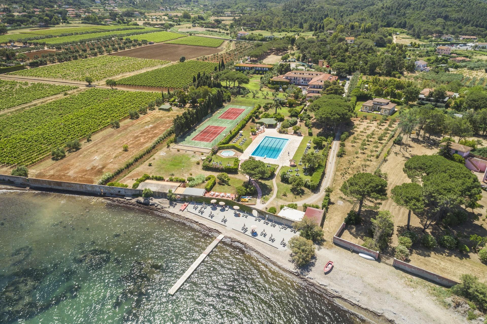 Isola d'Elba! Hotel Fabricia 8 giorni e 7 notti Pernottamento in camera matrimoniale in mezza pensione con servizio spiaggia e piscina con ombrelloni e lettini a soli 449 euro!