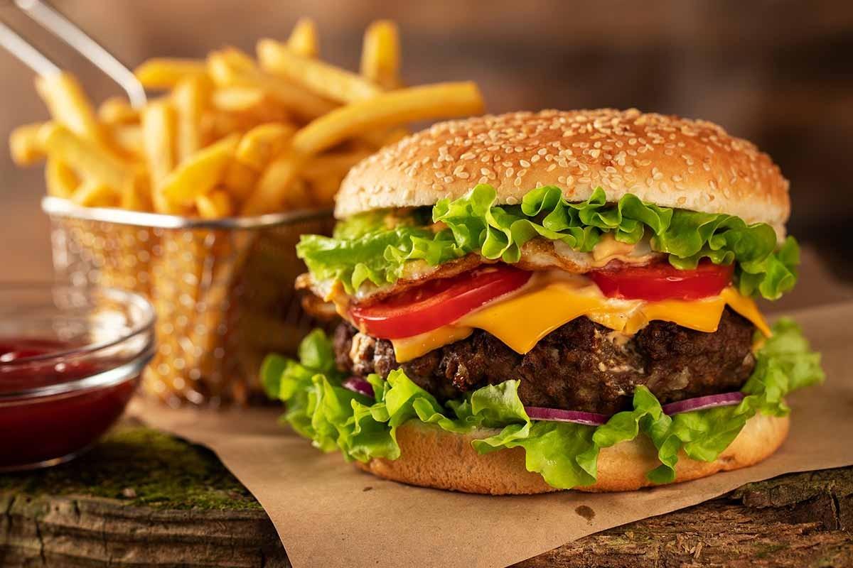 In centro in Salita del Prione: 2 Hamburger, patatine e birra o bevanda analcoolicadal Tempio dell'Hamburger!