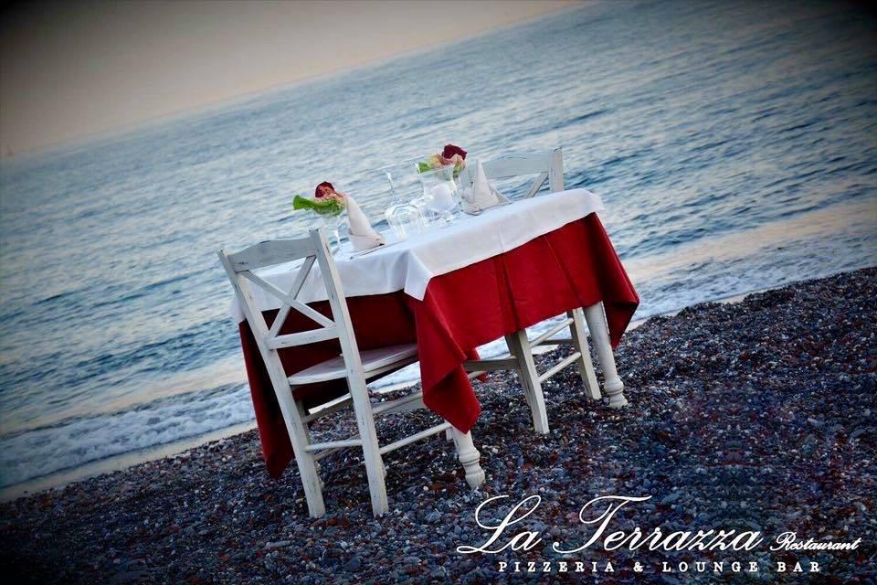 Imperdibile!! Menu per due persone a la carte: Primo, secondo, dolce, acqua, calice di vino, coperto e caffè a due passi dal mare dal ristorante pizzeria la Terrazza Food&Drink a Sturla!