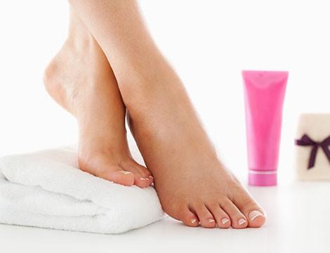 Pedicure profonda con scrub e trattamento indurente per le unghie da Essenzialmente nella centrale via Barabino!