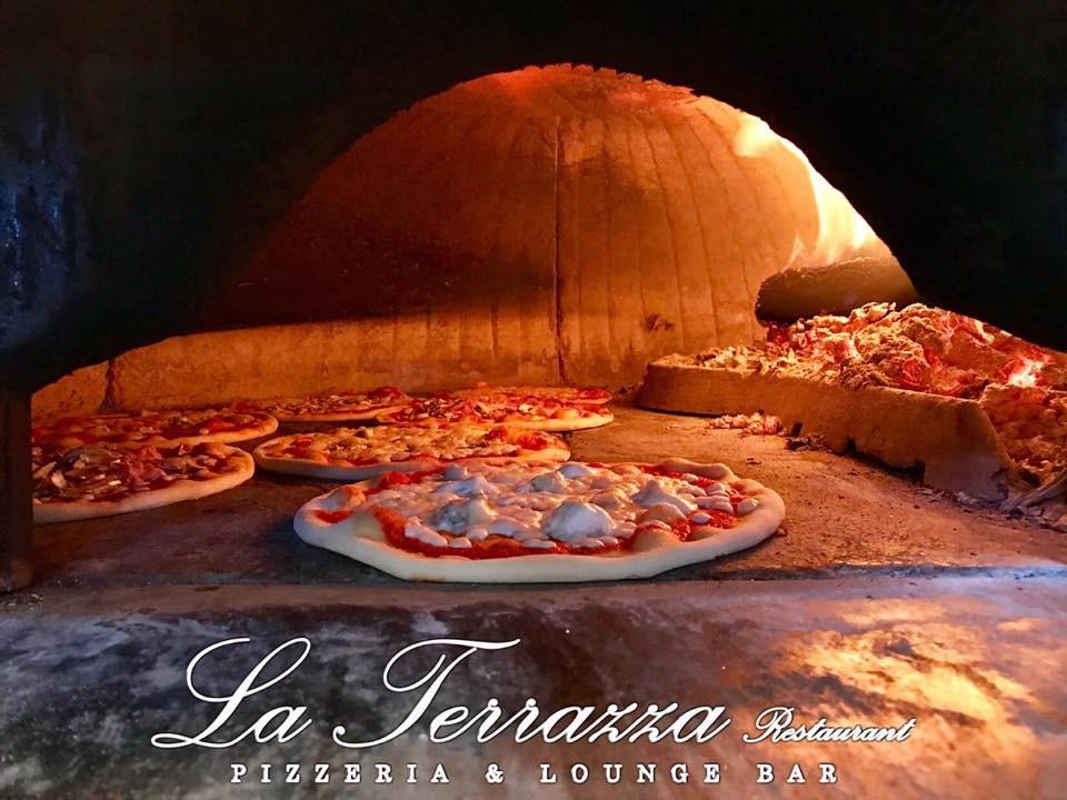 Il piacere del cibo  in sicurezza! Menu pizza per due persone: pizza a scelta dal menu o focaccia al formaggio, birra piccola o bevanda analcolica o acqua, dolce della casa, coperto e caffè dalla Terrazza Food&Drink a Sturla!