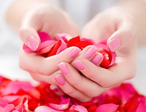 Nel cuore di Genova In Via Assarotti dal Centro Estetico La Perla! Manicure estetica completa con applicazione semipermanente mani anche con decorazioni o glitterate!