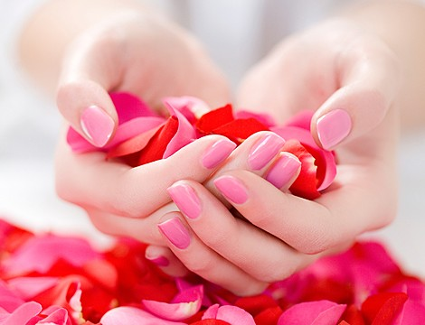 Nuova validità! Nel cuore di Genova In Vico dei Garibaldi dal Centro Estetico Jacqueline Beauty! Manicure estetica completa con applicazione semipermanente mani!