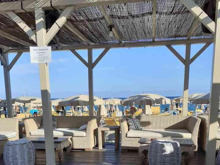 dal SoleLuna Beach Club ad Albissola Marina!!  Giornata di relax al mare con 2 lettini + ombrellone e aperitivo di coppia alcolico o analcolico con stuzzichini. Coupon valido nel mese di Settembre!