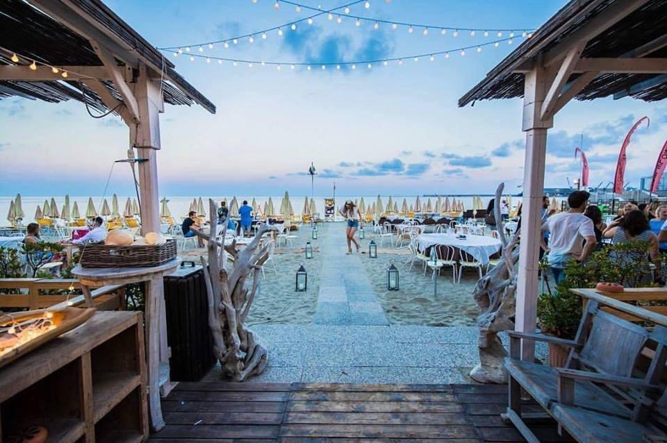 dal SoleLuna Beach Club ad Albissola Marina!!  Giornata di relax al mare con 2 lettini + ombrellone e aperitivo di coppia alcolico o analcolico con stuzzichini.