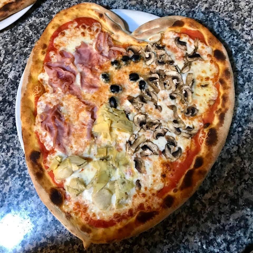Idea regalo!! Menu pizza per due persone: pizza a scelta dal menu o focaccia al formaggio, birra piccola o bevanda analcolica o acqua, dolce della casa, coperto e caffè dalla Terrazza Food&Drink a Sturla!